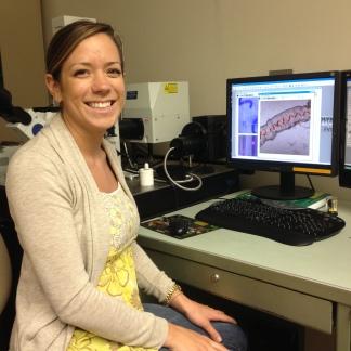 C-MORE Scholar Lisa Hall capturing images of Trichodesmium spiralis on the confocal microscope